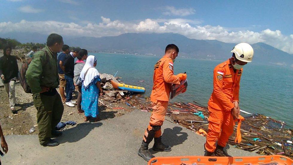 Varios trabajadores del servicio de emergencia continúan con la búsqueda de desaparecidos.