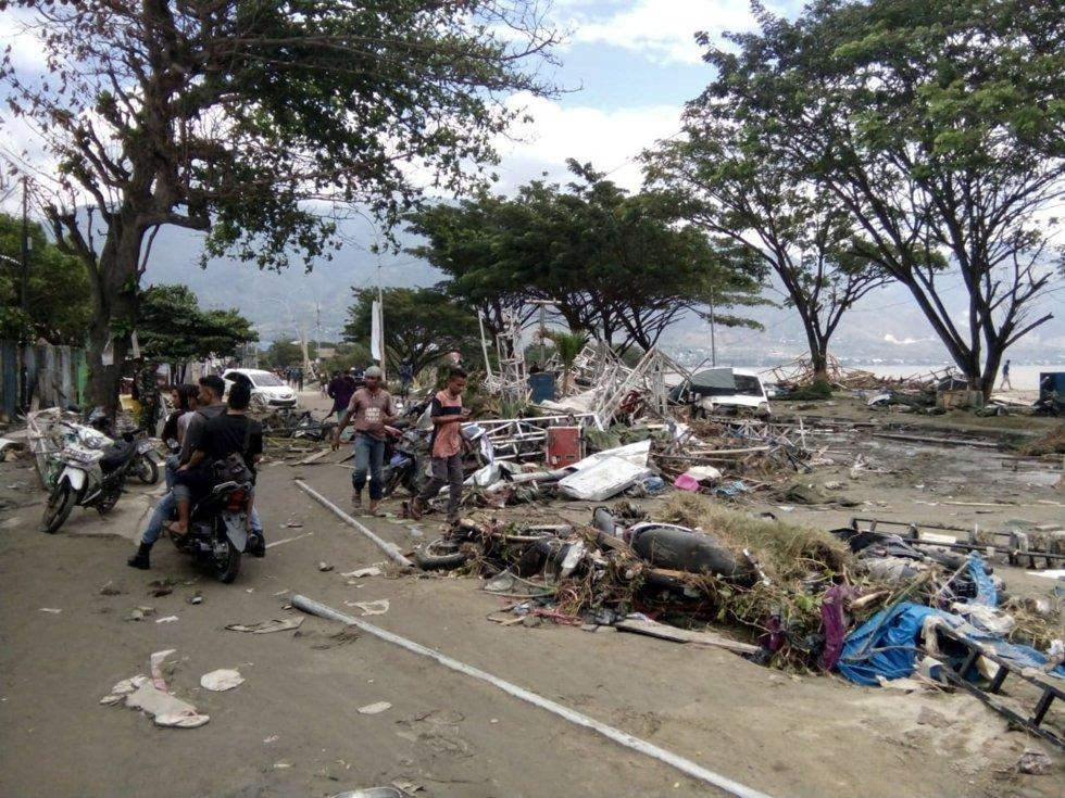 La población de Palu en las calles tras el paso del debastador tsunami.