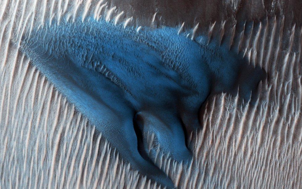 Las dunas de arena a menudo se acumulan en los pisos de los cráteres. En esta región de Lyot Crater, el Mars Reconnaissance Orbiter (MRO) de la NASA muestra un campo de dunas barchanas clásicas.