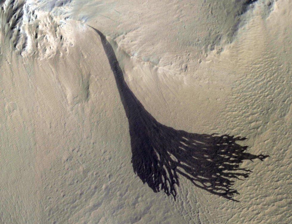 Esta imagen del Mars Reconnaissance Orbiter (MRO) de la NASA muestra rayas que se forman en las laderas cuando el polvo cae en cascada.