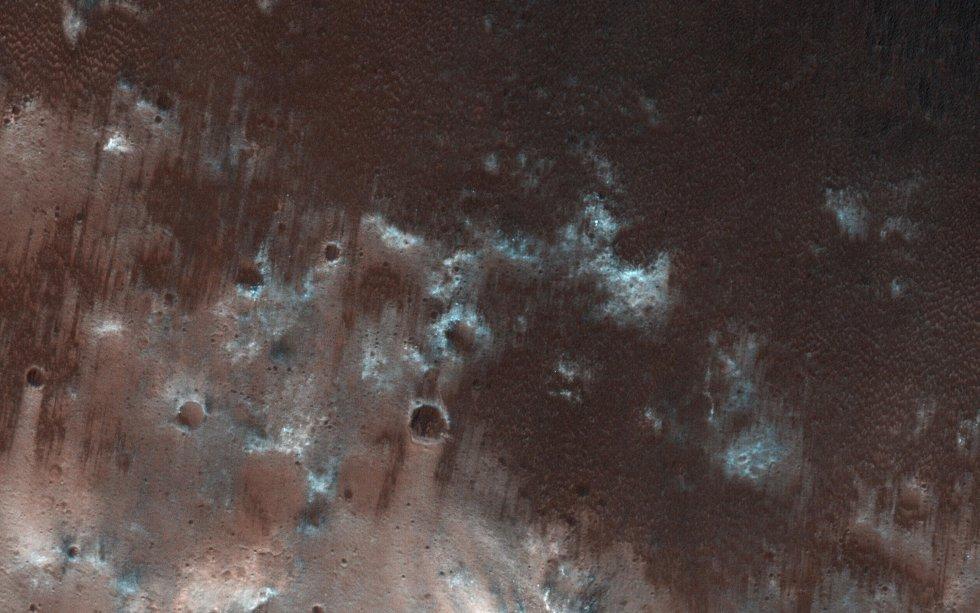 Esta vista muestra los tramos a favor del viento de una lámina de arena en la parte central del cráter Herschel