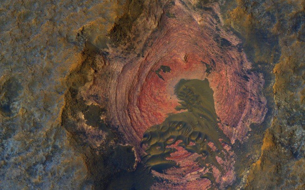 Capas y Dunas Oscuras. Gran parte de la superficie de Marte está cubierta por materiales de grano fino que ocultan el lecho de roca.