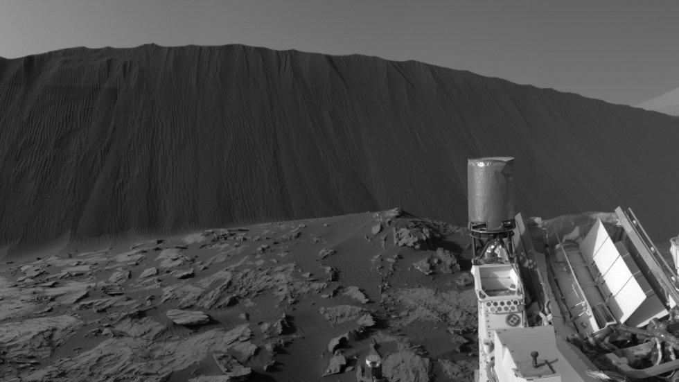 Esta vista muestra el lado del viento de una duna de aproximadamente 13 pies de altura dentro del campo de Bagnold Dunes en Marte