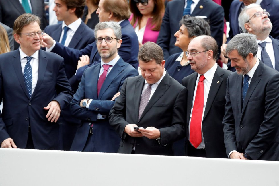 Los presidentes de la Comunidad Valenciana Ximo Puig, Castilla La Mancha Emiliano García-Page, Aragón Javier Lambán y Canarias Fernando Clavijo en el desfile militar, uno de los actos conmemorativos del Día de la Fiesta Nacional, que presiden los Reyes junto a sus hijas, la princesa Leonor y la infanta Sofía hoy en Madrid.