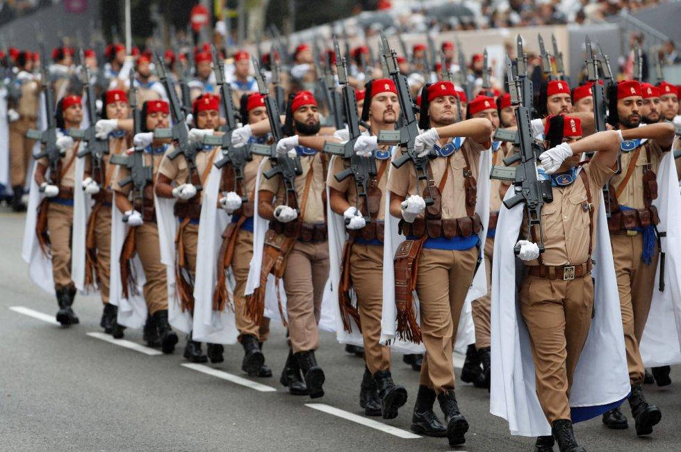 Un momento del tradicional desfile del 12 de octubre, uno de los actos conmemorativos del Día de la Fiesta Nacional en la madrileña plaza de Lima, en el que han participado este año cerca de 4.000 soldados de los tres Ejércitos y la Guardia Civil, así como 152 vehículos. La demostración aérea ha sido suspendida por las condiciones meteorológicas de hoy en Madrid.