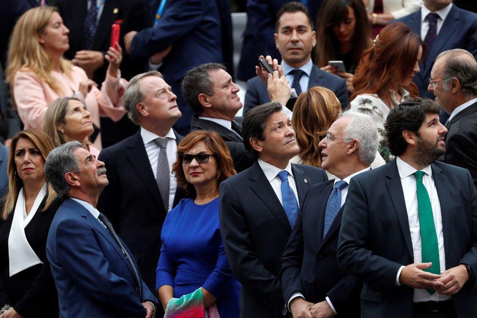 Los presidentes de Cantabria Miguel Ángel Revilla, Asturias Javier Fernández (c), y Murcia Fernando López Miras en el desfile militar, uno de los actos conmemorativos del Día de la Fiesta Nacional, que presiden los Reyes junto a sus hijas, la princesa Leonor y la infanta Sofía hoy en Madrid.