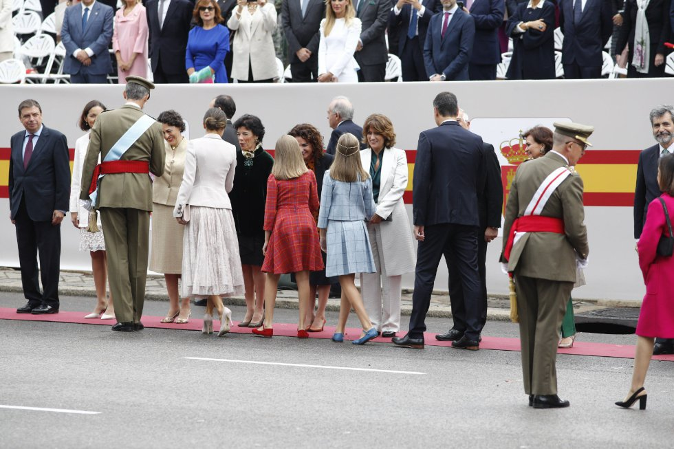 El Rey Felipe VI, la Reina Letizia, la princesa Leonor y la infanta Sofía saludando a los ministros del Gobierno en el desfile del 12 de Octubre en Madrid, Día de la Hispanidad.   12/10/2018
