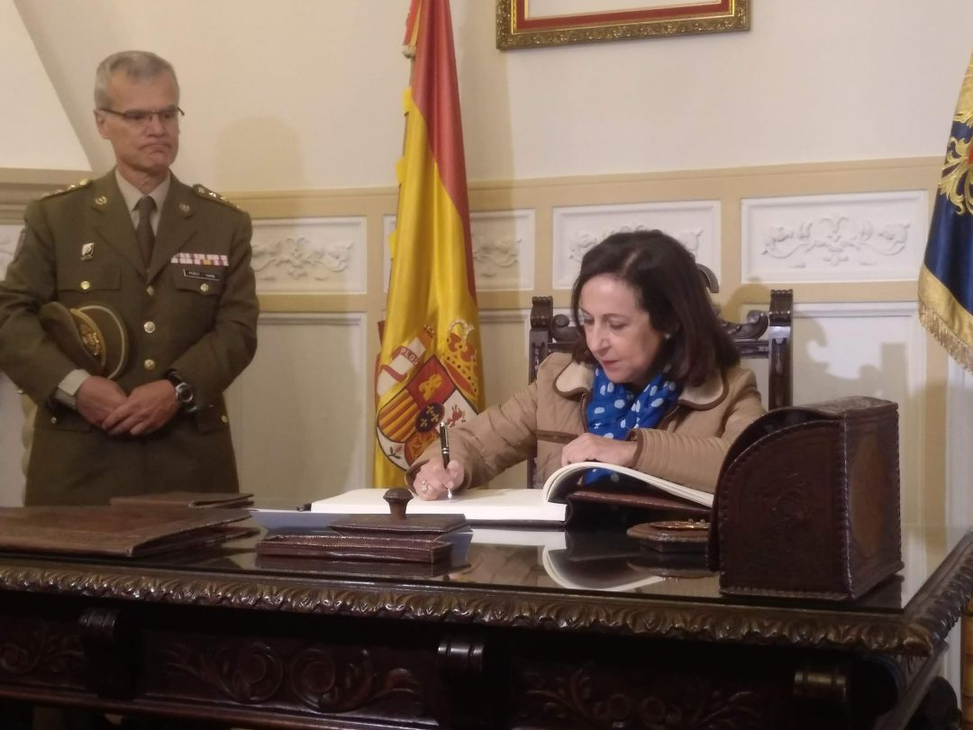 La ministra de Defensa ha firmado el libro de honor del Archivo General Militar