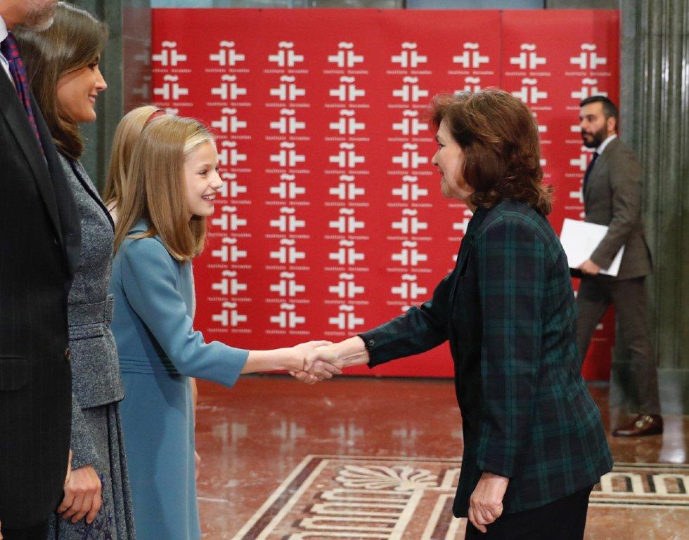 La princesa Leonor saluda a la vicepresidenta del Gobierno, Carmen Calvo, antes leer en público del artículo 1 de la Constitución con motivo del 40 aniversario de la Carta Magna, hoy en la sede del Instituto Cervantes, en Madrid.