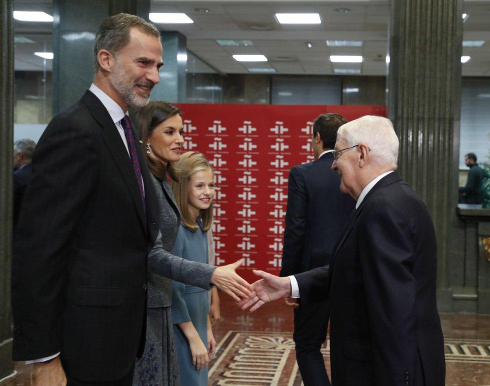 Los Reyes Felipe y Letizia junto a la princesa Leonor saludan al director del Instituto Cervantes, Víctor García de la Concha, a su llegada al acto de lectura en público por parte de la Princesa, que hoy cumple 13 años, del artículo 1 de la Constitución con motivo del 40 aniversario de la Carta Magna.