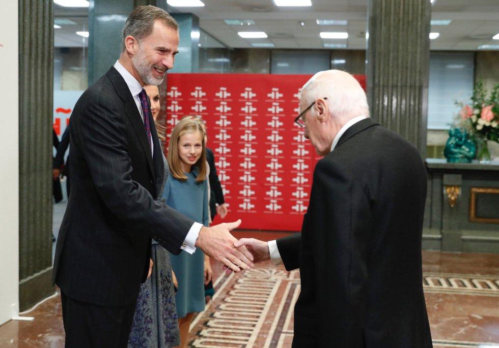 Los Reyes Felipe y Letizia junto a la princesa Leonor saluda a Jose Pedro Pérez Llorca, uno de los padres de la Constitucion, a su llegada al acto de lectura en público por parte de la Princesa, que hoy cumple 13 años, del artículo 1 de la Constitución con motivo del 40 aniversario de la Carta Magna, hoy en la sede del Instituto Cervantes, en Madrid.