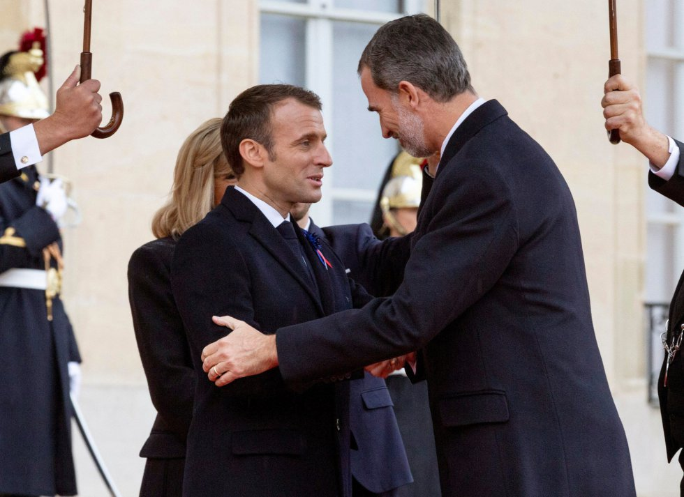 El rey Felipe VI recibido por el presidente francés, Emmanuel Macron, y su esposa Brigitte, para participar en la ceremonia por el centenario del armisticio que puso fin a la I Guerra Mundial.