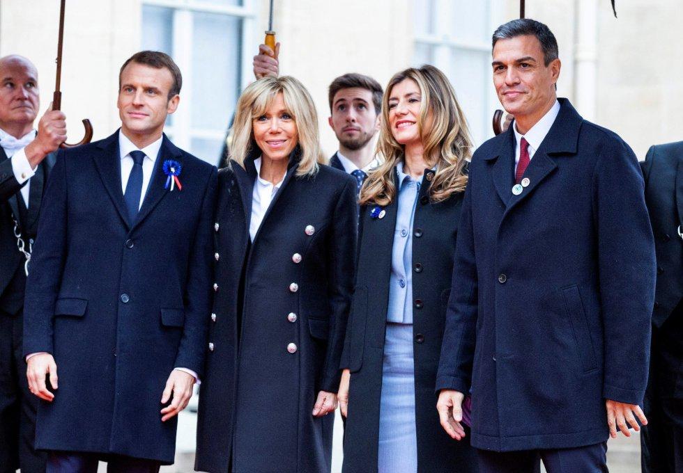 El presidente del Gobierno español, Pedro Sánchez (d), acompañado por su esposa, Begoña Gómez (2i), a su llegada al Palacio del Elíseo, donde fue recibido por el presidente francés, Emmanuel Macron, y su esposa Brigitte.