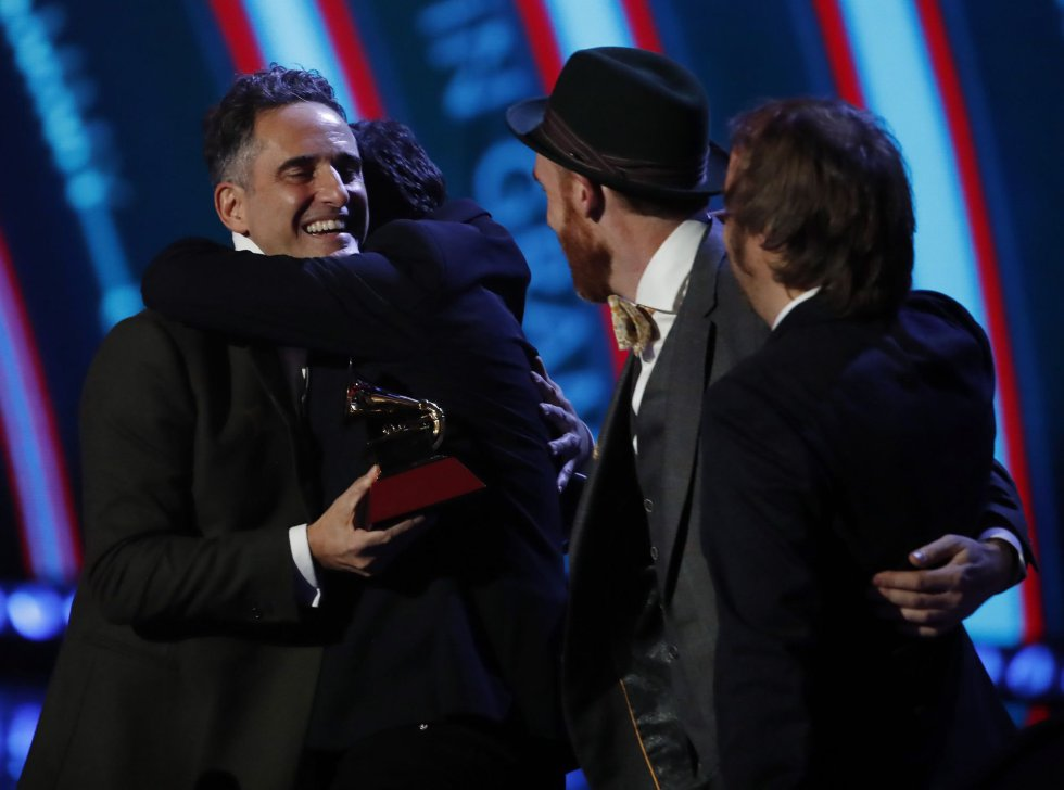 Jorge Drexler celebra después de ganar el premio Record of the Year por 'Telefonia' durante la 19a ceremonia anual de los Premios Grammy Latinos en el MGM Grand Garden Arena en Las Vegas, Nevada, EEUU.