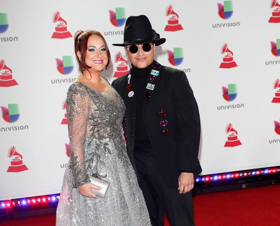 Elvis Crespo y su esposa, Maribel Vega (i), posan a su llegada a la XIX edición de los Premios Grammy Latinos en el MGM Grand Garden Arena en Las Vegas, Nevada, EEUU.