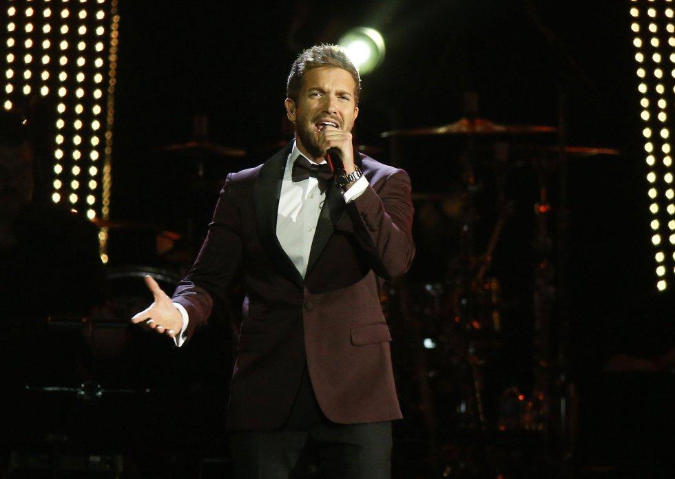 El cantante español Pablo Alboran se presenta durante la 19a ceremonia anual de los Premios Grammy Latinos en el MGM Grand Garden Arena en Las Vegas, Nevada.