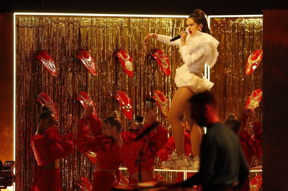 Rosalia se presenta en la 19a ceremonia anual de los Premios Grammy Latinos en el MGM Grand Garden Arena en Las Vegas, Nevada.