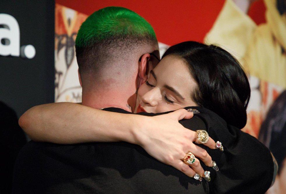 Rosalia posa durante la 19a ceremonia anual de los Premios Grammy Latinos en el MGM Grand Garden Arena en Las Vegas, Nevada.