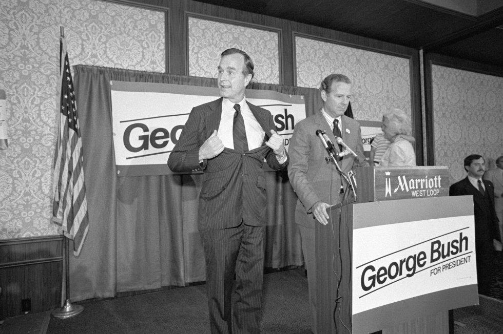 Gerge H. W. Bush durante un acto de campaña electoral de 1988, en la que se presentaba a presidente de los Estados Unidos