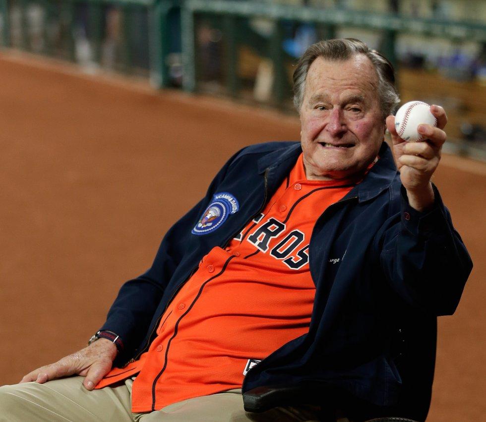 Bush hace el saque de honor en un partido de beisbol de los Astro de Houston (Texas)