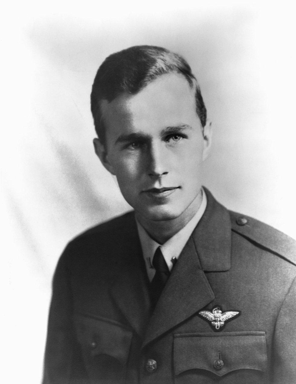 George H. W. Bush a los 18 años al ingresar en la Armada de los Estados Unidos en 1941 tras el ataque de Pearl Harbor