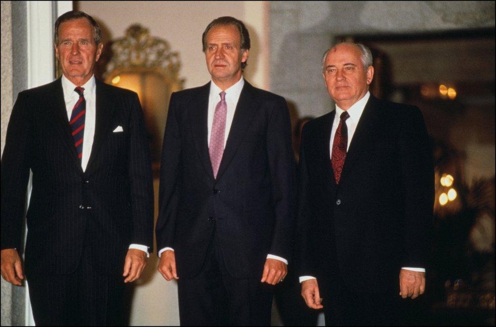 George Bush junto al rey emérito, Juan Carlos, y al jefe de estado de la Unión Soviética, Mijail Gorbachov