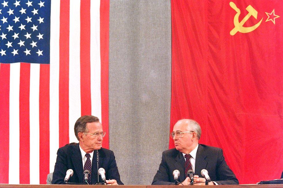 George Bush fue una figura clave para el fin de la Guerra Fría y la disolución de la URSS. En la foto, junto a Mijail Gorvachov