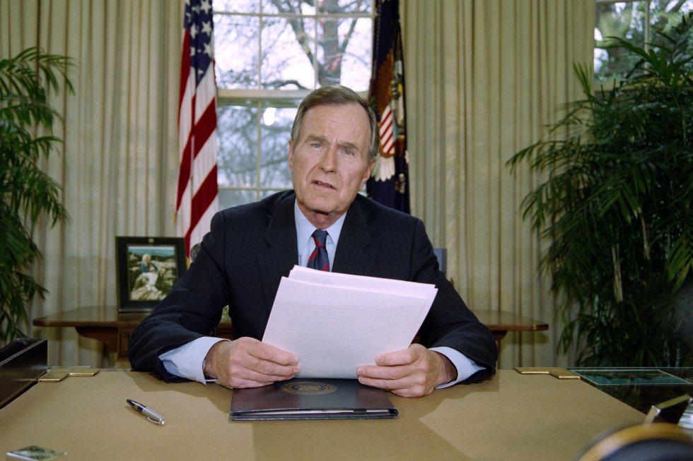 El presidente George H. W. Bush da un discurso televisado a los estadounidenses