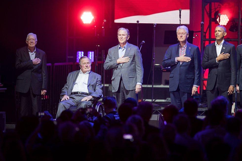 George Bush padre, junto a George Bush hijo y el resto de expresidentes vivos; Gerald Ford, Bill Clinton y Barack Obama