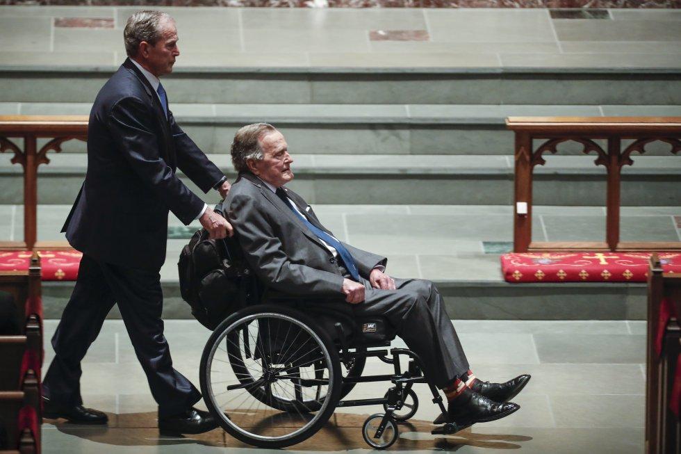 George Bush hijo tira de la silla de ruedas de su padre en el funeral de su esposa, Bárbara Bush, en abril de 2018