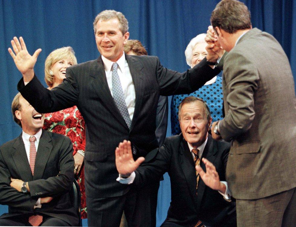 Sus dos hijos también se han dedicado a la política. El mayor, su tocayo George, llegó también a ser presidente de los Estados Unidos; y su otro hijo Jeb, Gobernador de Florida