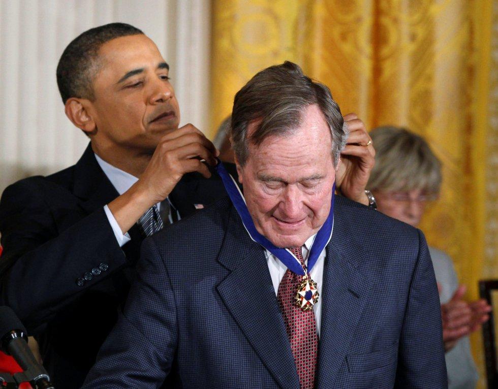El presidente Barack Obama entrega la Medalla de la libertad expresidente George H. W. Bush durante una ceremonia en la Casa Blanca en Washington