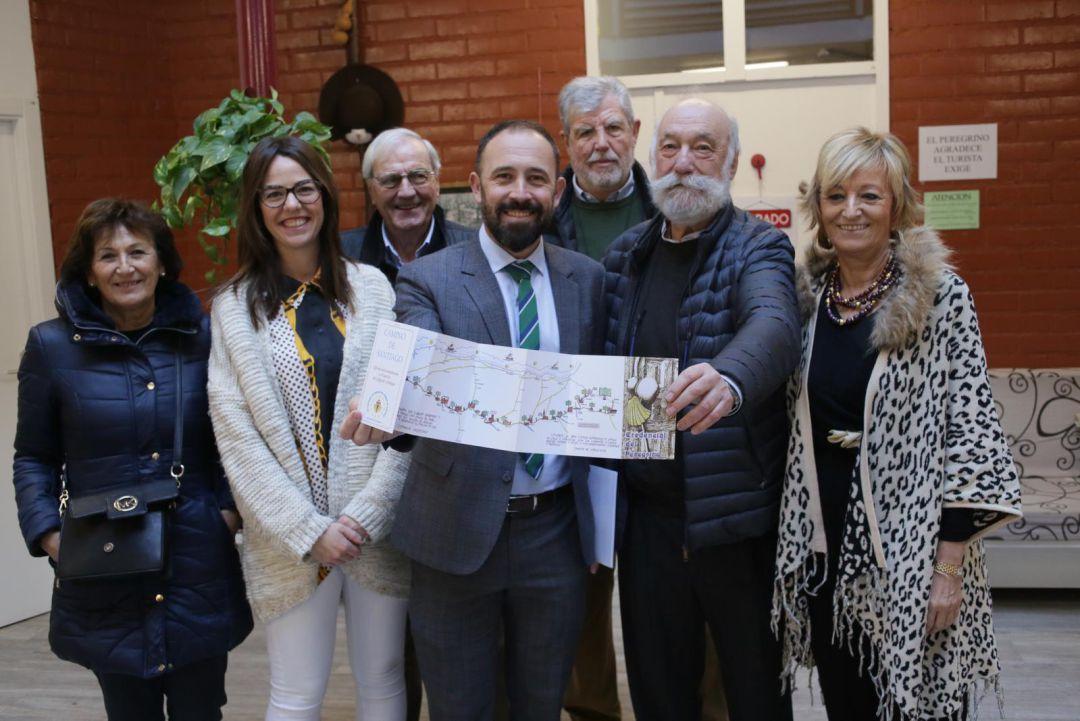 """Denis Itxaso, diputado de Cultura y Deportes, con Josin Galzakorta, presidente de la asociación """"JACOBI"""" y otras personas representantes institucionales."""