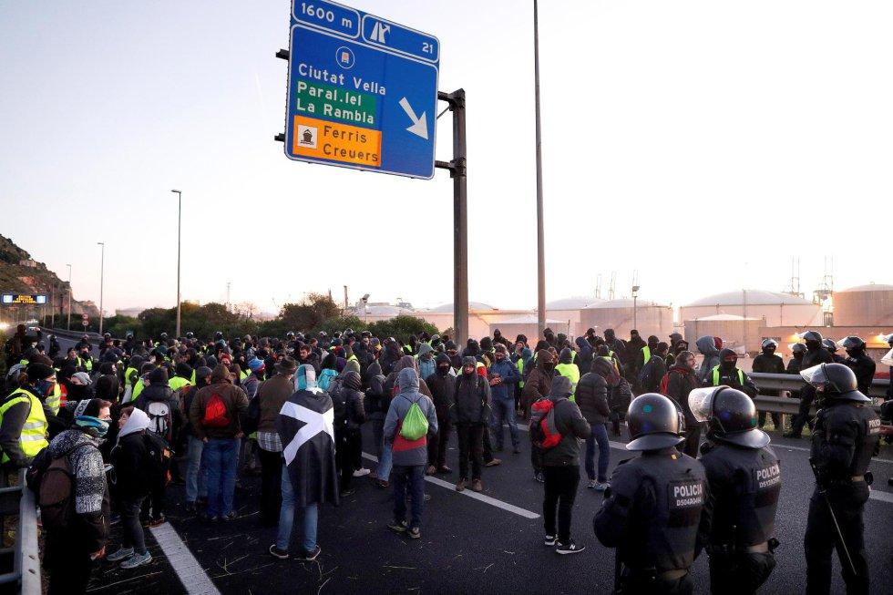 Grupos independentistas, que protestan por la celebración en Barcelona del Consejo de Ministros, han cortado media docena de carreteras en Cataluña desde primera hora de la mañana, con afectaciones ya localizadas en los dos sentidos de la Ronda Litoral (en la imagen) y la de Dalt de Barcelona.