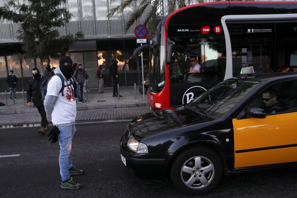 Un manifestante impide circular a un taxi en Llotja de Mar, cerca de donde se reúne el Consejo de Ministros.