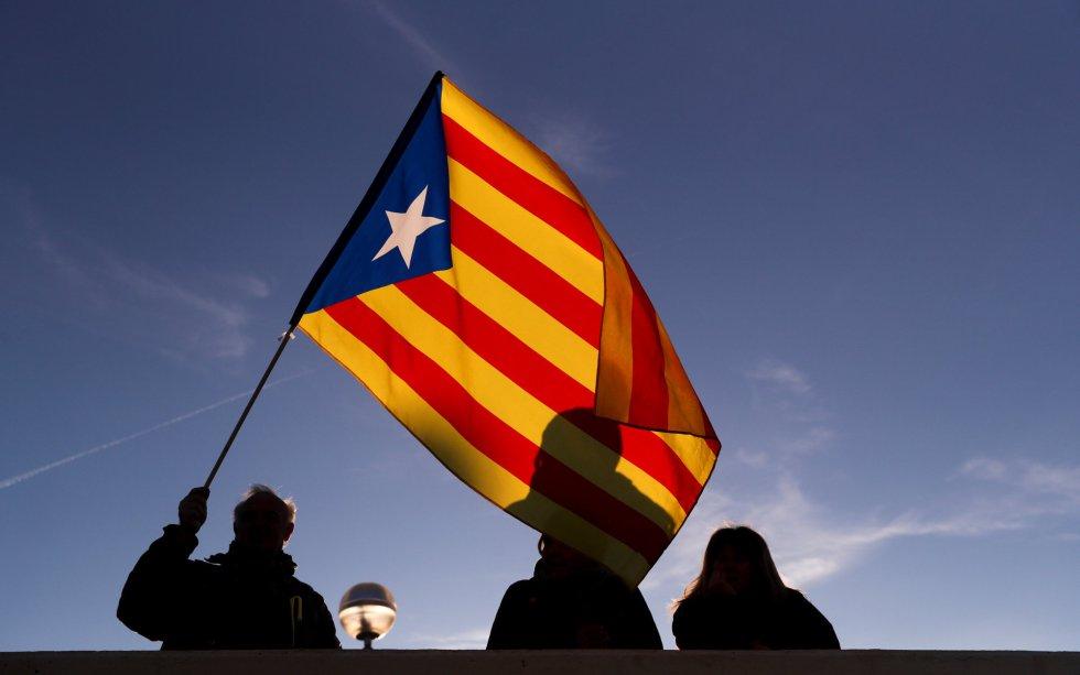 La Estelada (bandera separatista) ondea en una calle de Barcelona.
