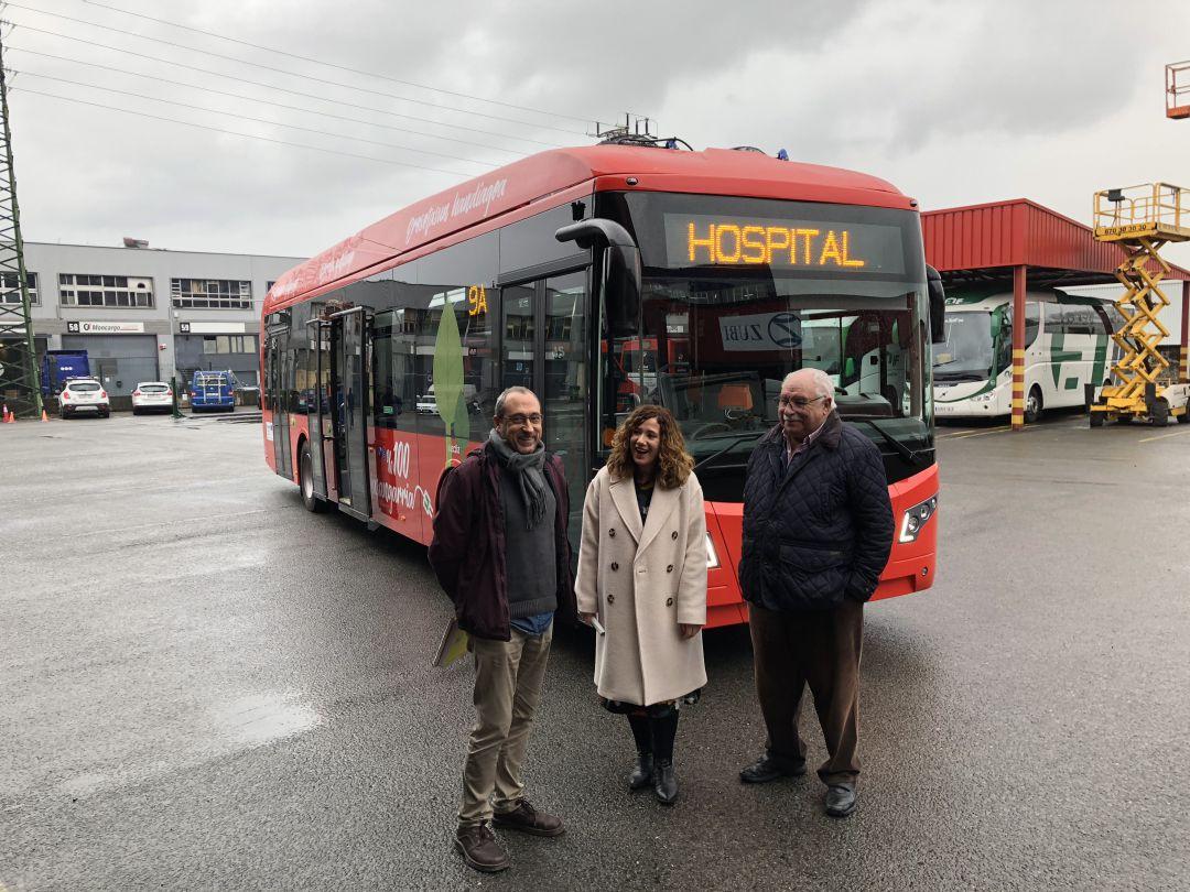 La delegada de Movilidad, Cristina Laborda, en las instalaciones de AUIF. Detrás uno de los autobuses eléctricos que se incorporarán en breve a la L-1.