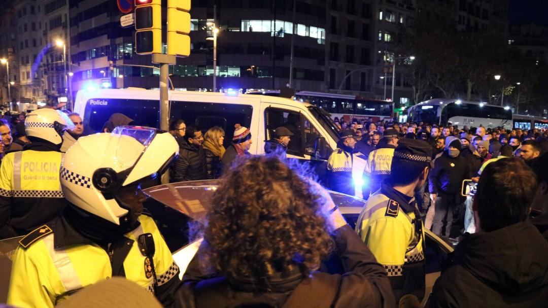 Incidentes en la huelga del taxi en Barcelona: nueve taxistas detenidos por atacar y golpear vehículos VTC