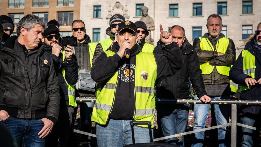 Cataluña cede a la presión de los taxistas y Cabify y Uber amenazan con irse de Barcelona