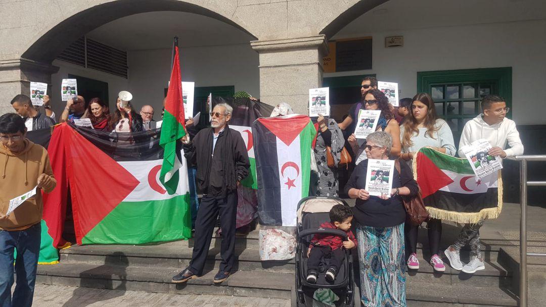 Los concentrados exhibieron banderas saharauis y fotos del activista devuelto a Marruecos.