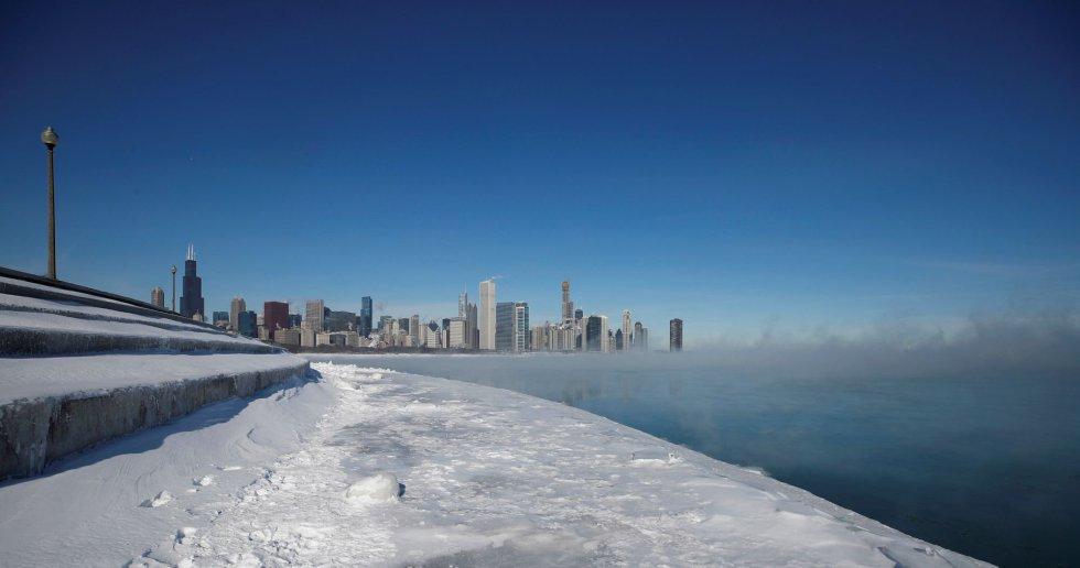La ciudad de Chicago mientras el vapor causado por las bajas temperaturas se eleva en el lago Michigan