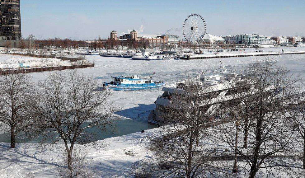 El barco James Versluis rompe hielo este miércoles, en el río Chicago congelado, en Chicago