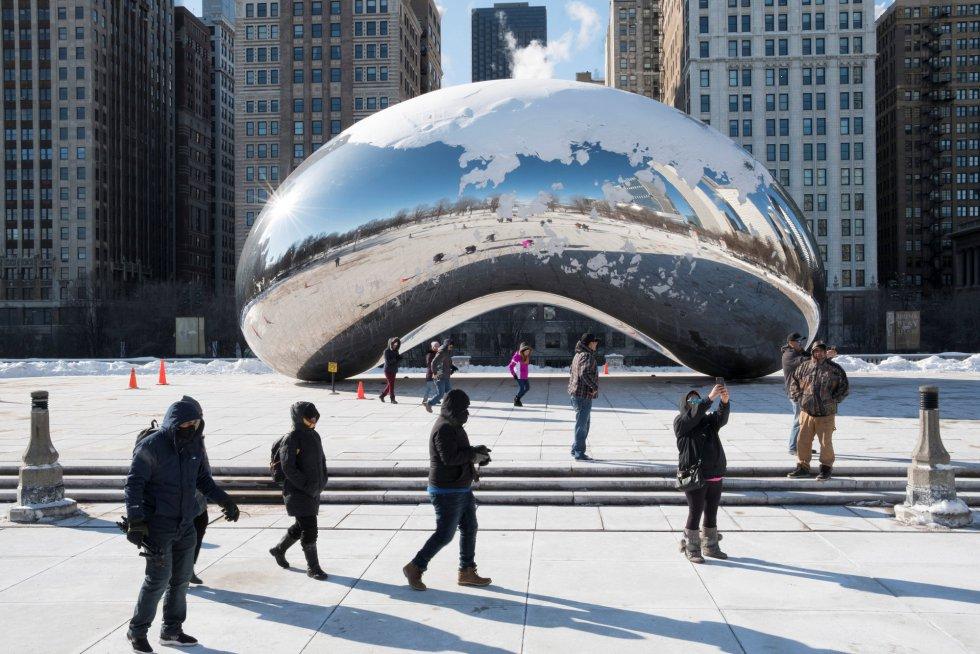 Turistas se sacan fotografías en frente del Cloud Gate en Millenium Park sin importar las bajas temepraturas