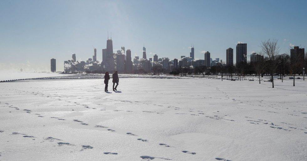 Una pareja pasea por el río Mississippi congelado, este miércoles en Chicago