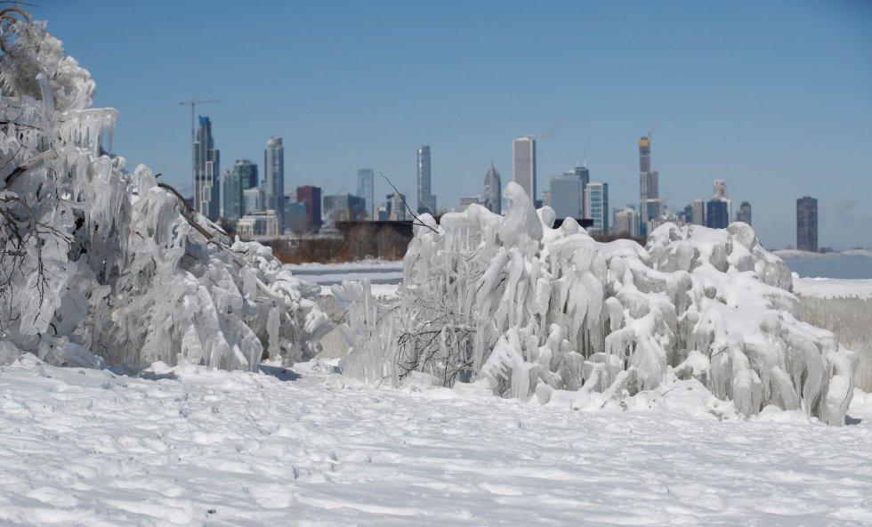 Imagen que muestra una estructura de hielo frente al río Mississippi, este miércoles en Chicago