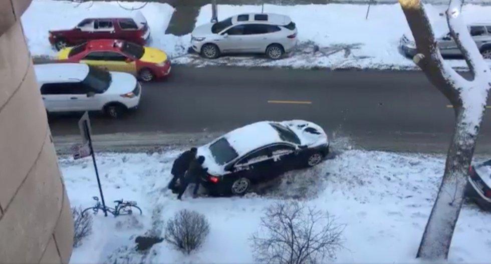 El suelo helado complica la circulación en coche por la ciudad