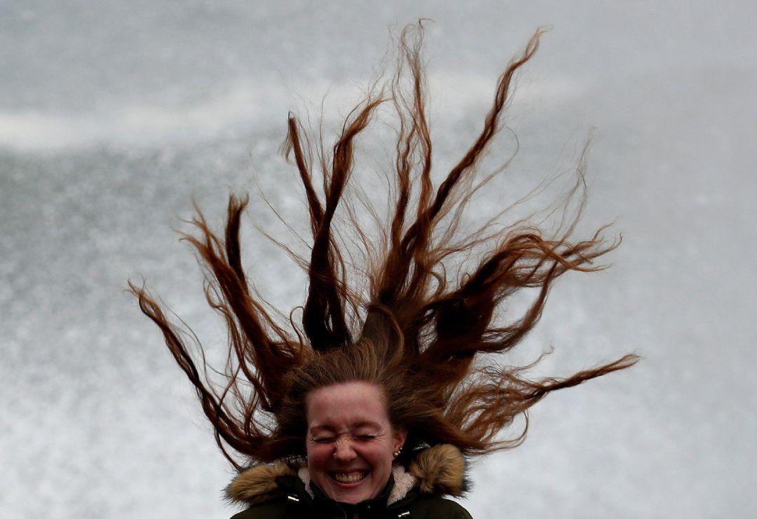 Una joven este jueves en el Peine del Viento de San Sebastián