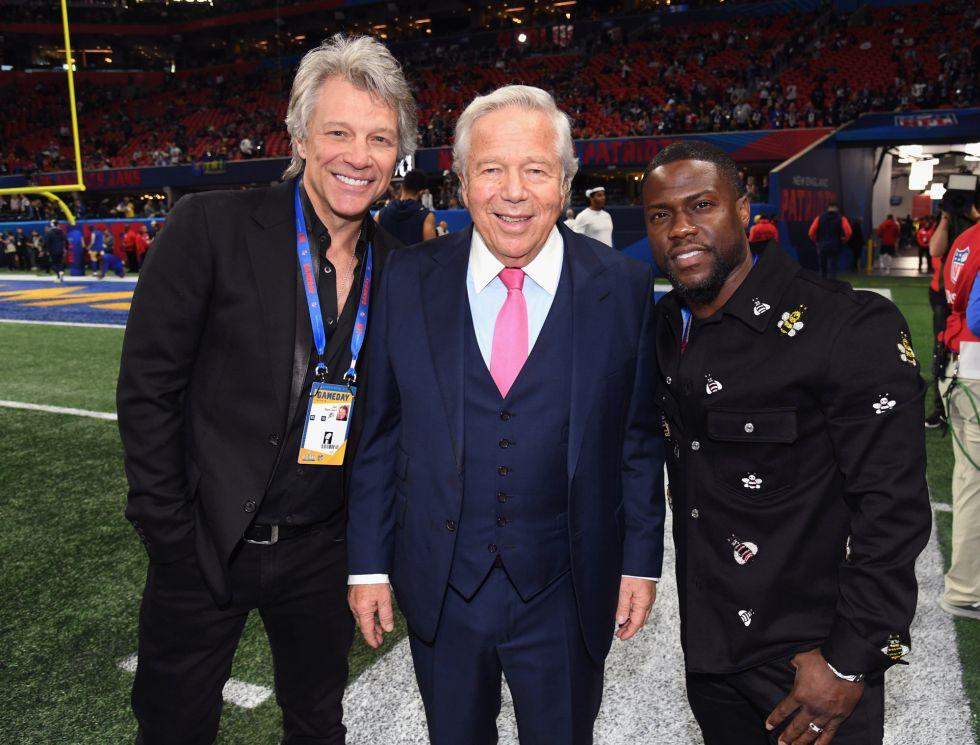 Bon Jovi y Kevin Hart con el CEO de los Patriots, Robert Kraft