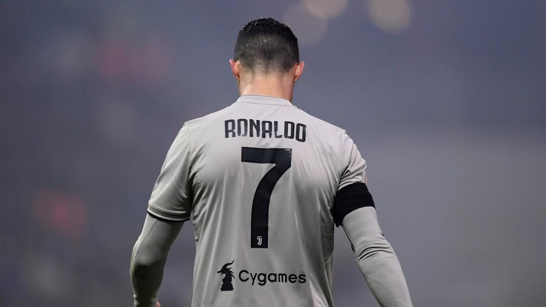 Ronaldo tumba a Khedira con un pelotazo... con el juego parado c568dc2150fee