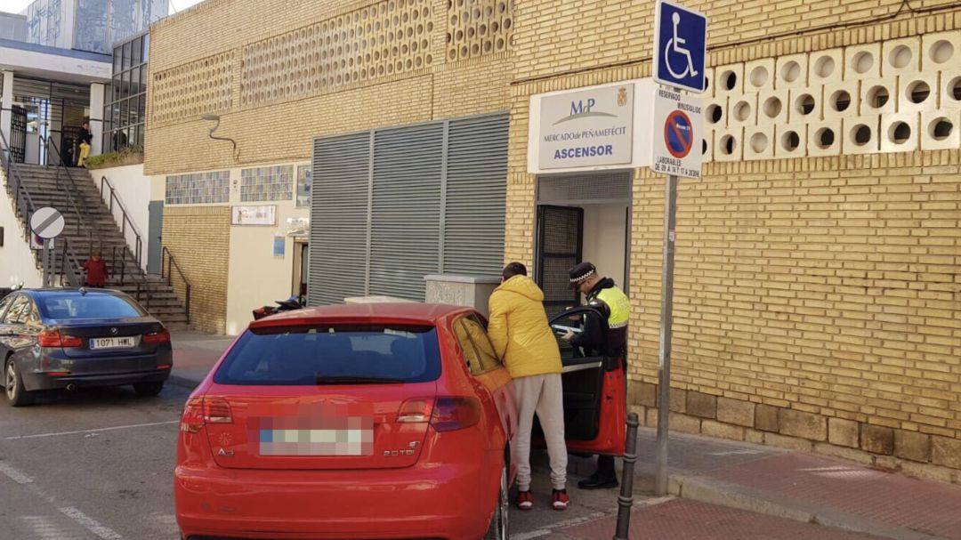 La Policía Local de Jaén sancionando a un conductor.